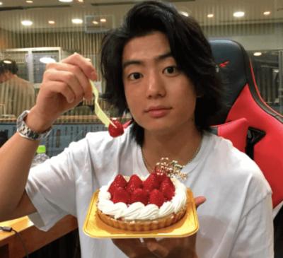 山本舞香とお揃いのネックレスをつける伊藤健太郎